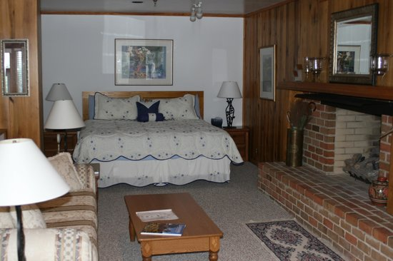 Bent Mountain Lodge Bed and Breakfast: spacious bedroom