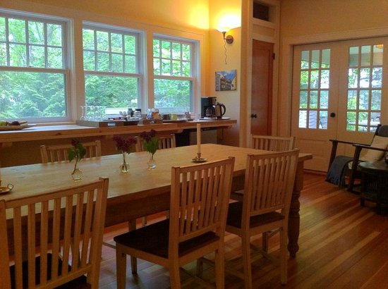 Harborwoods Guesthouse: breakfast table