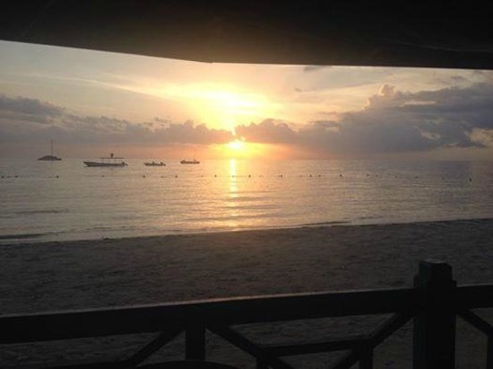 Negril Tree House Resort : sunset at the beach