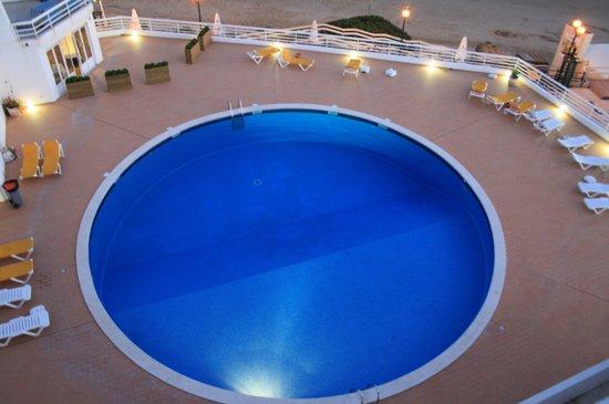 Club Borda D'Agua Apartments: Pool area in the evening