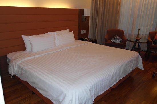 Rembrandt Hotel Bangkok : hugeeeeee bed!