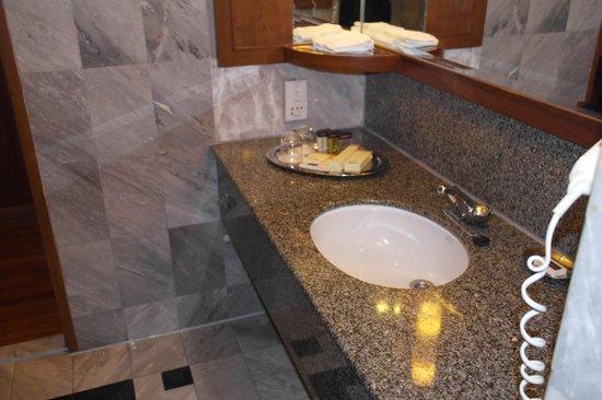 Rembrandt Hotel Bangkok: nice bathroom