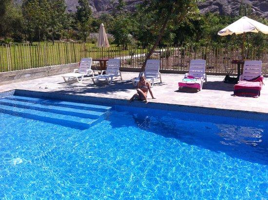 La Confianza Hotel - Lunahuana: En la piscina de La Confianza con mi hija