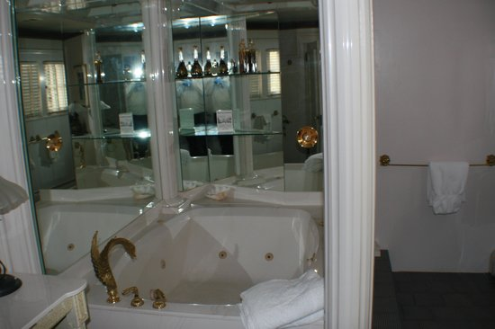 Red Crags Estates: Nice tub!