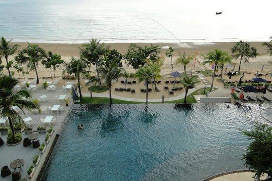 Beyond Resort Krabi: Zicht vanuit onze kamer op het prachtige zwembad