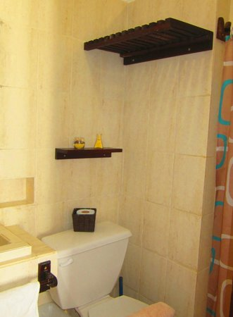 Hotel Latino: Full bathroom