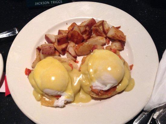 Howard Johnson Hotel Vancouver Downtown: 朝食としてWINGSのエッグベネディクトを食べました。美味しかったです。