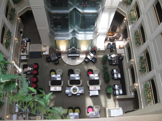 Ginza Creston Hotel : look down at a cafe below