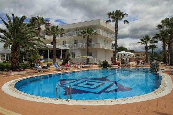 Hotel Olimpico: Pool + Hotel!