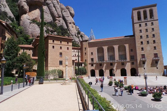 Museo Montserrat: Главная Площадь Монастыря Монтсеррат !