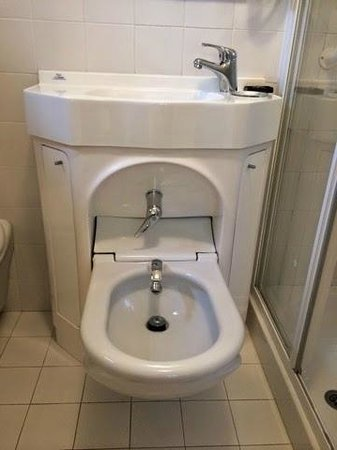 Santa Margherita Guesthouse: Pregnant Room Sink Becomes a Bidet