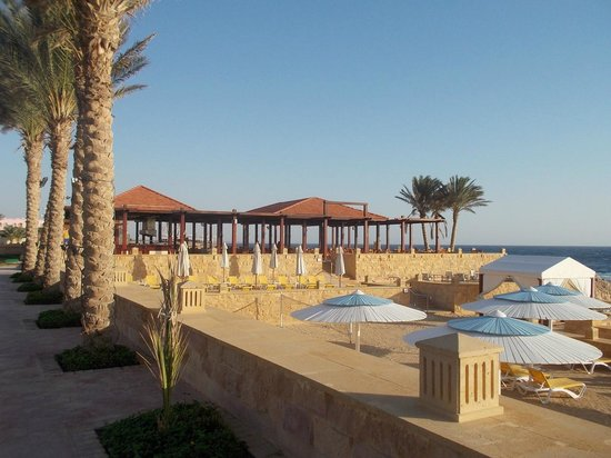 "Resta Grand Resort : The beach and the ""Palateau"" restaurant"