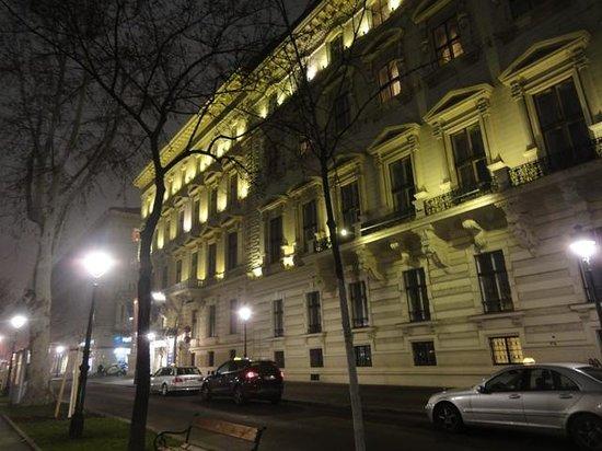Radisson Blu Palais Hotel, Vienna : Exterior - night -