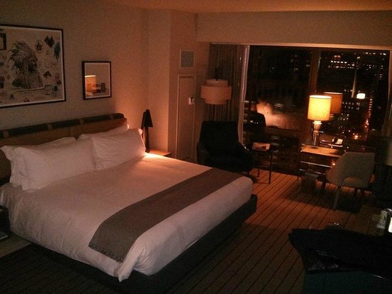 Thompson Chicago, a Thompson Hotel: Well appointed room.