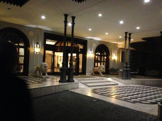 Grand Hotel Vanvitelli: The entrance.
