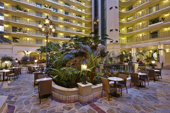 Embassy Suites by Hilton Fort Lauderdale 17th Street: Atrium at Embassy Suites Fort Lauderdale