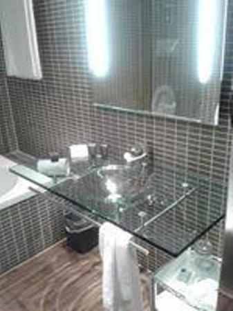 Bagno con lavandino in vetro foto di ac hotel by - Lavandino in vetro bagno ...