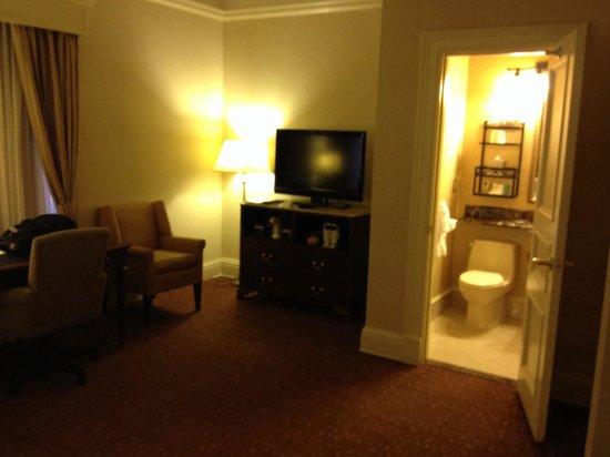 Seelbach Hilton: Room & bathroom