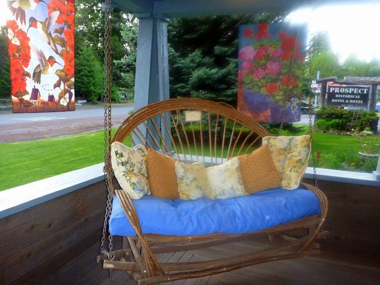 Prospect Historic Hotel - Motel and Dinner House: Loved this porch swing.