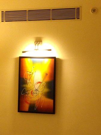 Noorya Hometel : The art gallery in room! Makes the place look extra nice