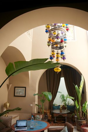 Riad Camilia: Breakfast nook with chandelier