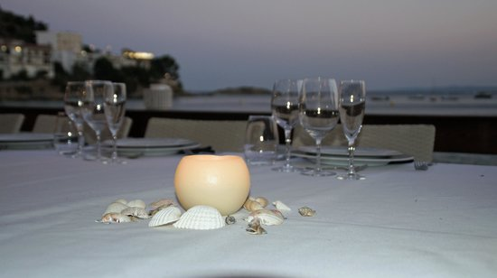 Hotel R Canyelles Platja: una mesa para cenar en la playa