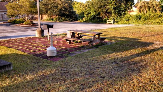 Microtel Inn & Suites by Wyndham Carolina Beach: Picnic table and BBQ