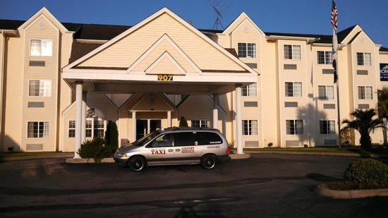 Microtel Inn & Suites by Wyndham Carolina Beach: Front of building