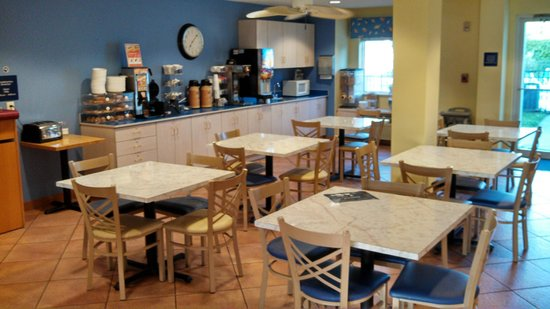 Microtel Inn & Suites by Wyndham Carolina Beach: Continental Breakfast