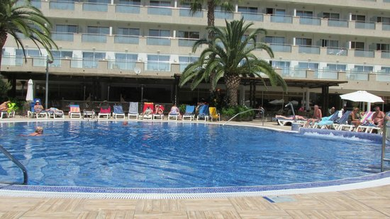 H10 Vintage Salou : Across the pool