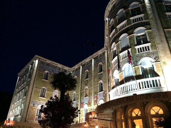 Grande Albergo Ausonia & Hungaria: Hotel at night