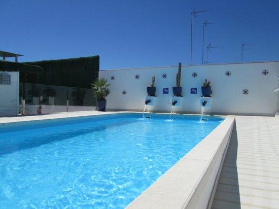Hotel Becquer: Piscine sur la terrasse