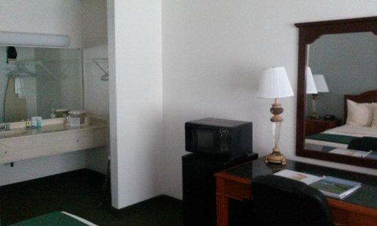 Ramada Hilton Head: Fridge & Microwave