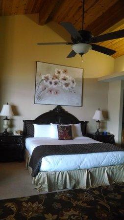 Mourelatos Lakeshore Resort: king bed