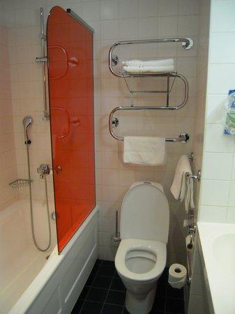Park Inn by Radisson Central Tallinn: the bathroon in a standard superior room in the 3 floor