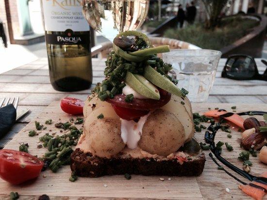 Vejle, Denmark: OA's STORE Kartoffelmad ledsaget af en økologisk chardonnay fra vores nye simple men 100 øko vin