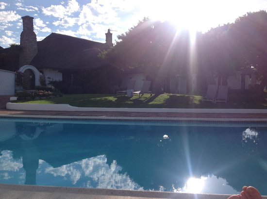 Whale Rock Luxury Lodge: Uitzicht vanaf rand zwembad