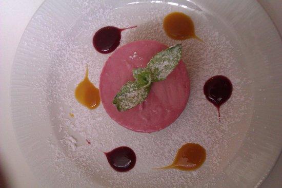 Lavenda Restaurant: Raspberry yum-yum Polish cheesecake!