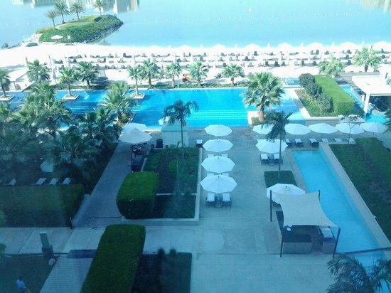 Fairmont Bab Al Bahr: Uitzicht op zwembad en strand vanuit onze kamer.