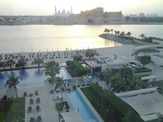 Fairmont Bab Al Bahr: Uitzicht op strand en zwembad.