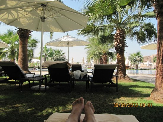 Fairmont Bab Al Bahr: Heerlijk chillen aan het zwembad.