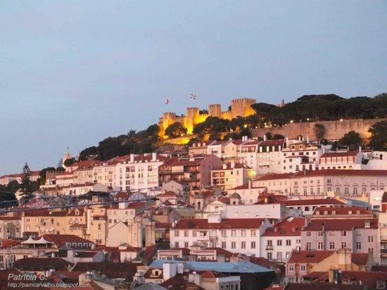 Vista do Castelo de São Jorge ao anoitecer, do quarto no Hotel do Chiado