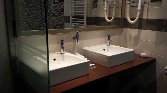 IN Hotel Belgrade: Suite Bathroom