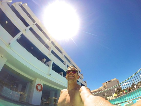 Marina Playa Hotel & Apartments : the pool is an all day sun trap