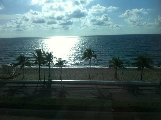 The Westin Beach Resort, Fort Lauderdale: Oceian view at 7:20 a.m. 4th floor