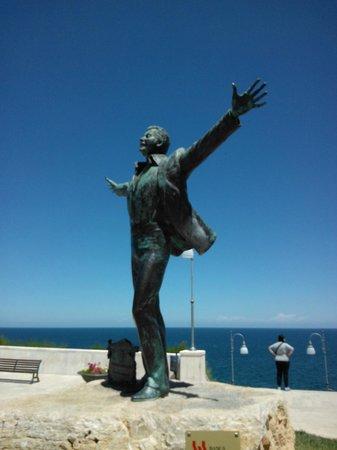 Statua di Domenico Modugno: Polignano-Statua Domenico Modugno