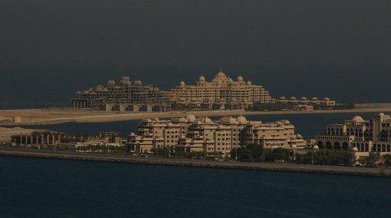 Mövenpick Hotel Jumeirah Beach: Дневной вид на Пальму Джумейра с балкона 11го этажа