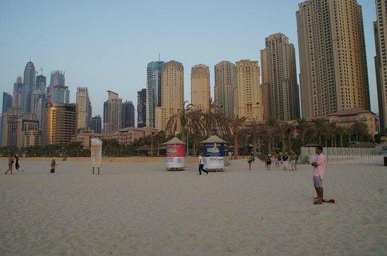 Mövenpick Hotel Jumeirah Beach: Вид с пляжа отеля на Дубай Марину.