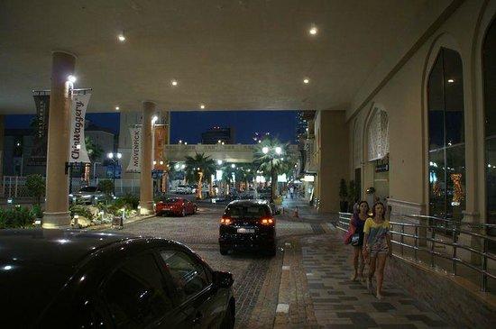 Mövenpick Hotel Jumeirah Beach: Вечерний вид на подъезд отеля.