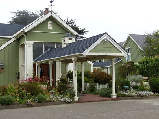 Hill House Inn: Quaint old hotel along the Coast Highway